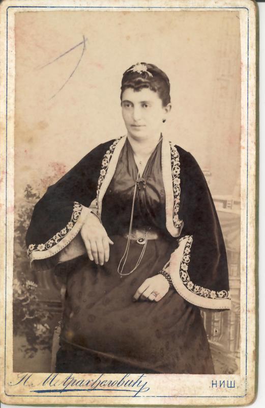 Из збирке старих фотографија, Жена у грађанској ношњи, крај XIX века