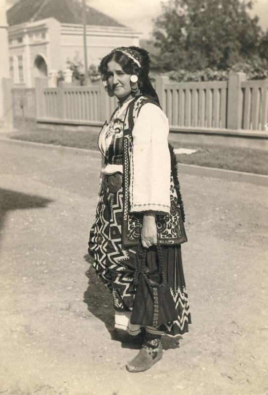 Наталија Божиновић у народној ношњи Заглавка 1933. у Књажевцу
