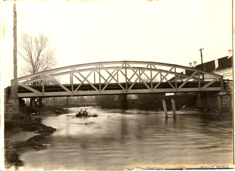 "Некада дрвени, затим гвоздени а данас бетонски, такозвани ""бели"" мост"