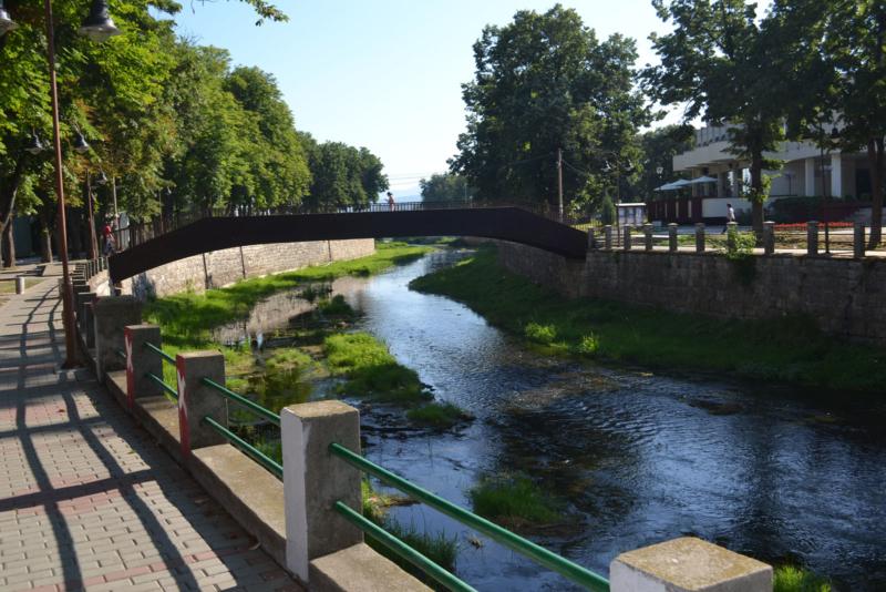 Пешачки мост некада познат као дрвени мост а данас мост љубави